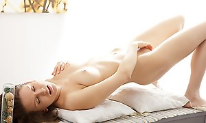 Artistic porn video shows a hottie masturbating